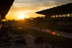 El sol se pone sobre el paddock GP2