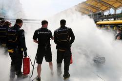 La vettura bruciata di Kevin Magnussen, Renault Sport F1 Team RS16