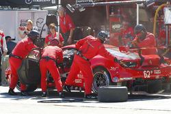 #63 Scuderia Corsa Ferrari 488 GT3: Christina Nielsen, Alessandro Balzan, Jeff Segal, pit action