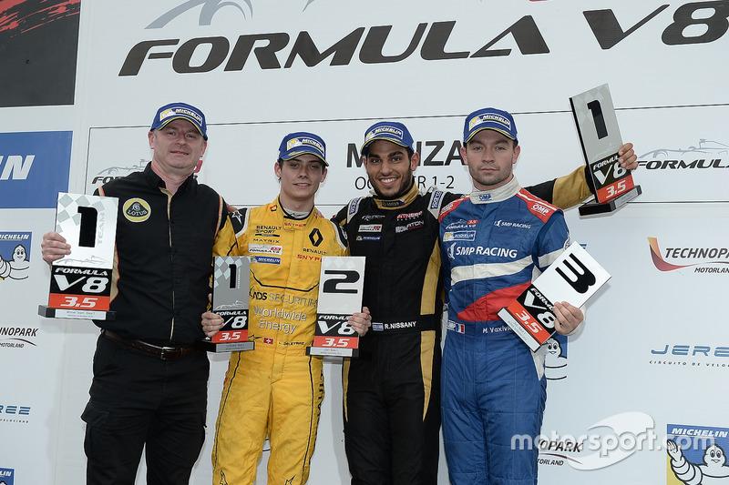 Podium : le vainqueur Roy Nissany, Lotus, le deuxième, Louis Deletraz, Fortec Motorsports, le troisième, Matthieu Vaxiviere, SMP Racing