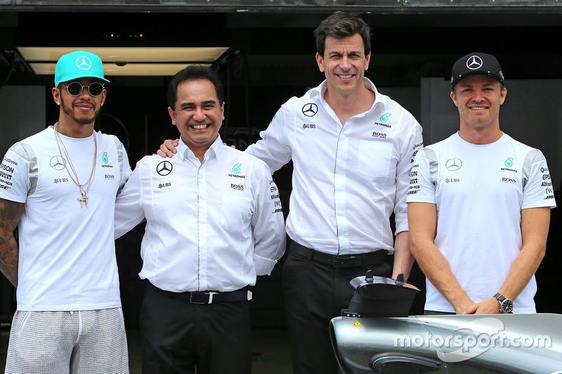 Lewis Hamilton y Nico Rosberg con el equipo