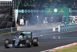 Lewis Hamilton, Mercedes AMG F1 W07 Hybrid contraint à l'abandon avec un moteur cassé