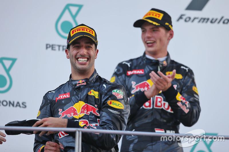 Ganador de la carrera Daniel Ricciardo, Red Bull Racing celebra en el podio con el segundo puesto Max Verstappen, Red Bull Racing