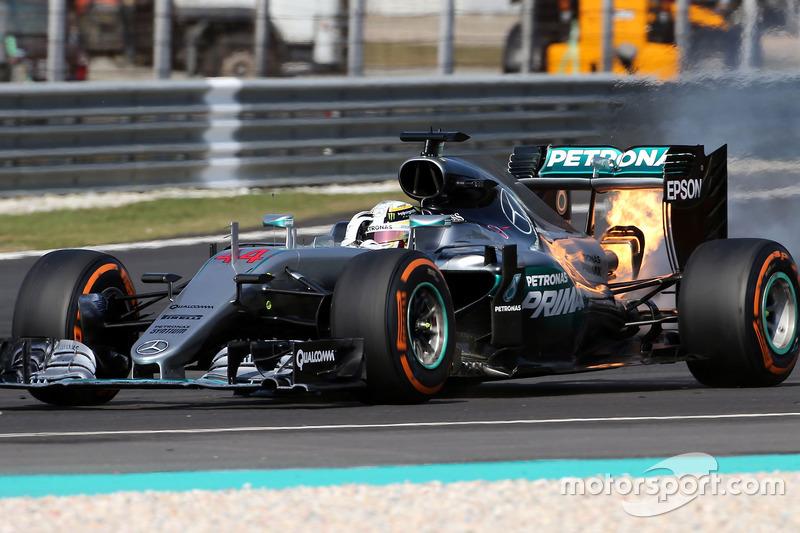 Lewis Hamilton, Mercedes AMG F1 W07 Hybrid con problemas en el motor