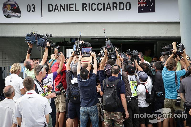 Los medios de comunicación en el garaje de Red Bull Racing del ganador de la carrera Daniel Ricciardo, Red Bull Racing