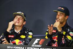 Racewinnaar Daniel Ricciardo, Red Bull Racing (rechts) in de FIA persconferentie met teamgenoot Max Verstappen, Red Bull Racing