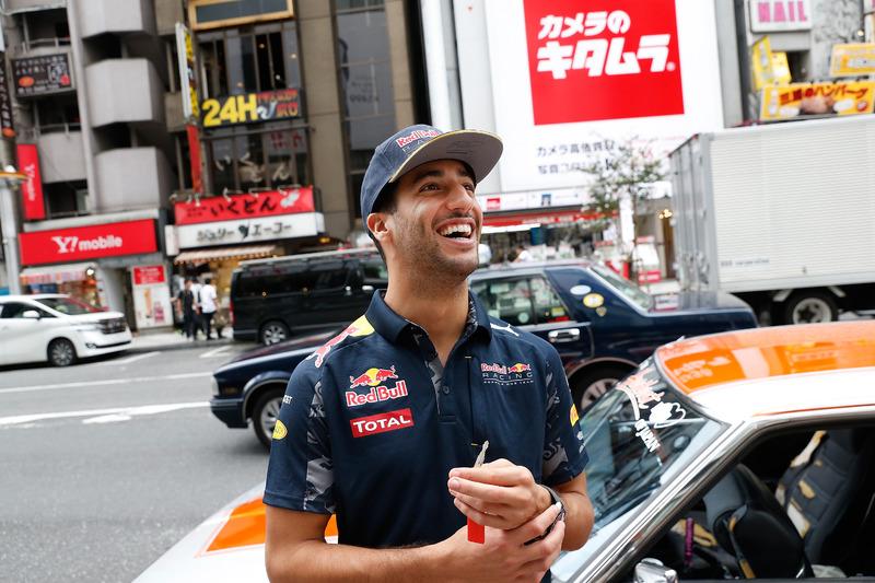 Daniel Ricciardo y Max Verstappen, Red Bull Racing conducen alrededor de Tokio en un coche de Bosozuko