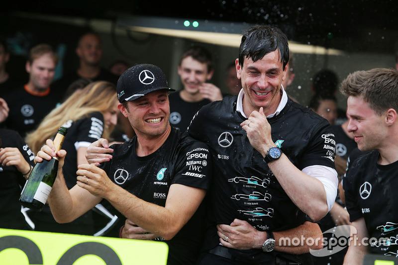 Переможець Ніко Росберг, Mercedes AMG F1 святкує Кубок конструкторів з керівником Mercedes AMG F1 Тото Вольффом та командою