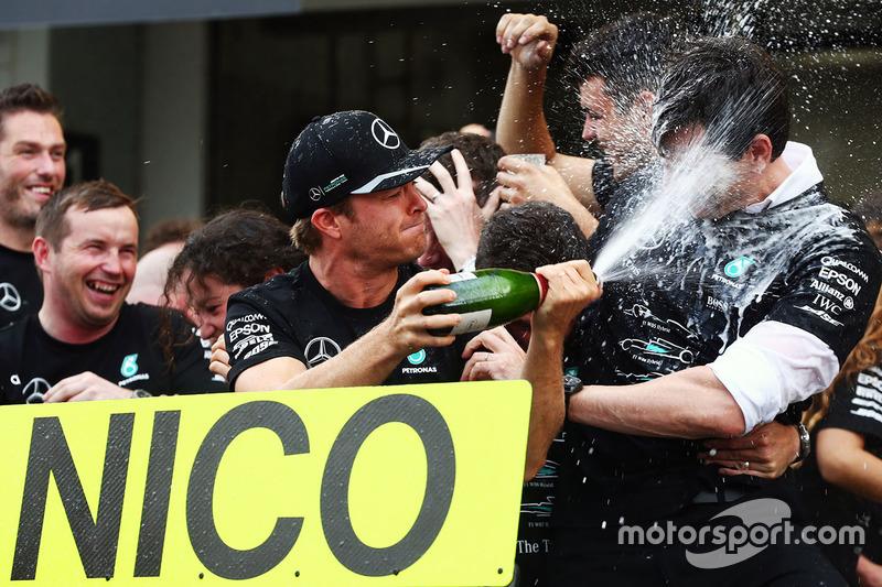 Ніко Росберг, Mercedes AMG F1 святкує перемогу у Кубку конструкторів із командою і керівником Mercedes AMG F1 Тото Вольффом