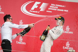 Podium: race winner Nico Rosberg, Mercedes AMG F1 and Andrew Shovlin, Mercedes AMG F1 Engineer