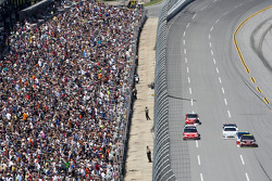 Jeff Gordon, Hendrick Motorsports Chevrolet leads the pack