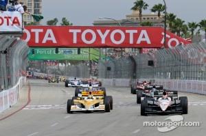 Start: Ryan Hunter-Reay, Andretti Autosport and Will Power, Team Penske lead the field