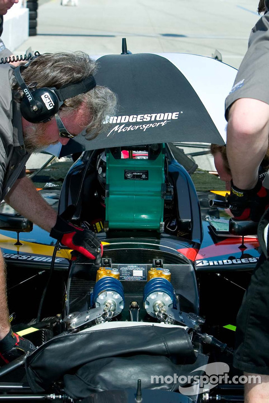 Mécanicien CTE Racing - HVM travaille sur une suspension