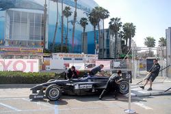 Équipe Pacific Coast Motorsports décharge la voiture d'Alex Figge