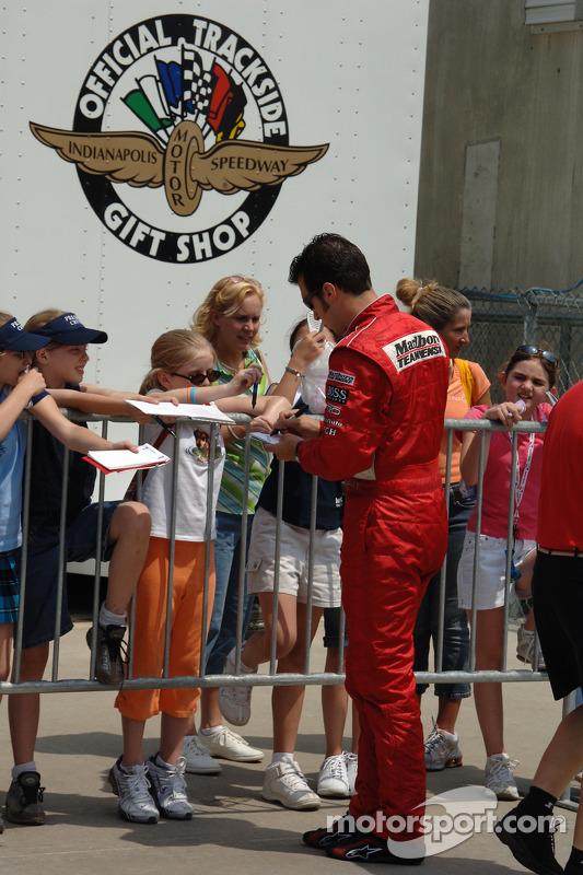 Sam Hornish Jr. signe des autographes