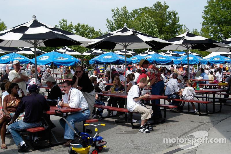 Des fans profitent du Plaza au Speedway