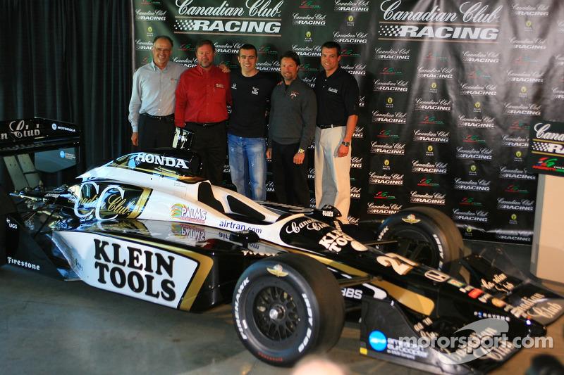 Dario Franchitti, troisième en partant de la gauche, défendra les couleurs du Canadian Club pour le 90e Indianapolis 500