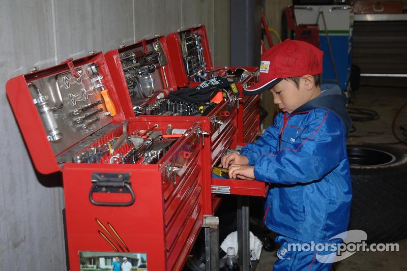 Un jeune fan vérifie les outils