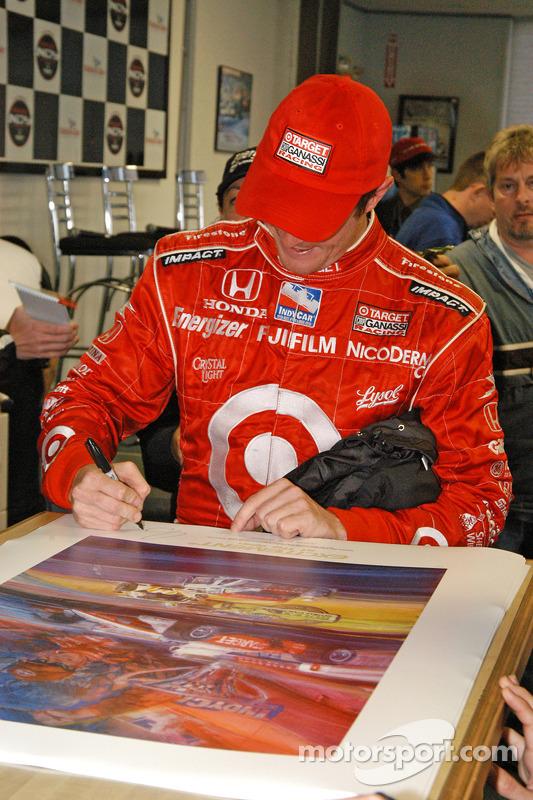 Scott Dixon signe des posters
