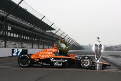 Siegerfoto: Dario Franchitti mit der Borg-Warner-Trophy