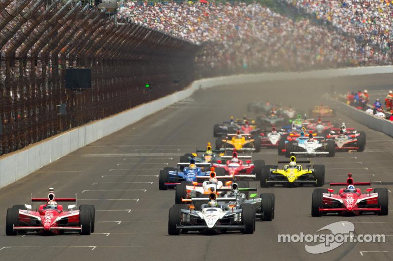 Restart: Scott Dixon, Target Chip Ganassi Racing and Alex Tagliani, Sam Schmidt Motorsports battle for the lead