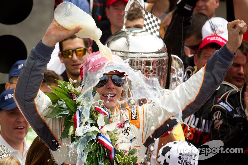 2011 - Dan Wheldon vence pela segunda vez, poucos meses antes de morrer em acidente em Las Vegas
