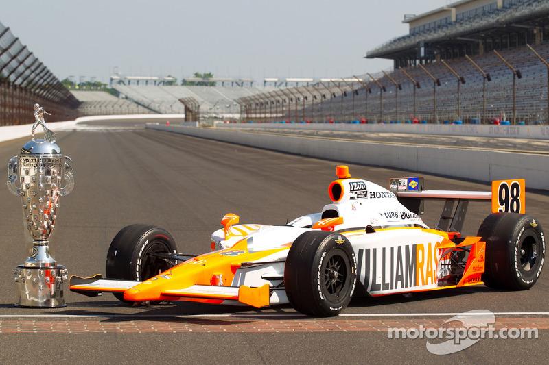 Winners photoshoot: the winning car of Dan Wheldon, Bryan Herta Autosport with Curb / Agajanian