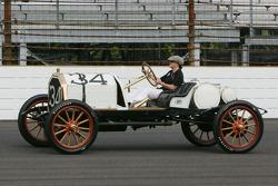Lyn St. James conduce un coche de carreras de 1911