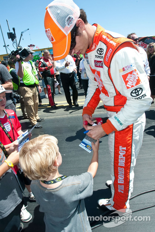 Joey Lagono signs autographs for young fans