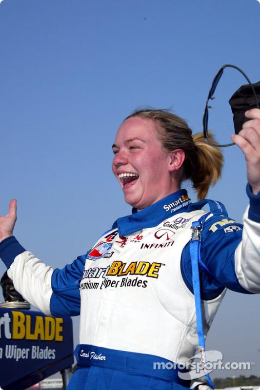 Sarah Fisher célébrant la pole position
