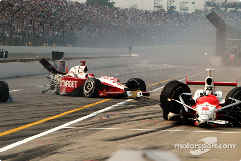 2004: Darren Manning und Sam Hornish Jr. crashen in der Boxengasse