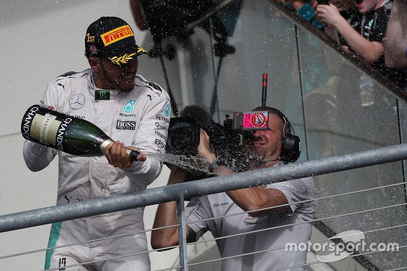Podio: ganador de la carrera  Lewis Hamilton, Mercedes Petronas AMG F1