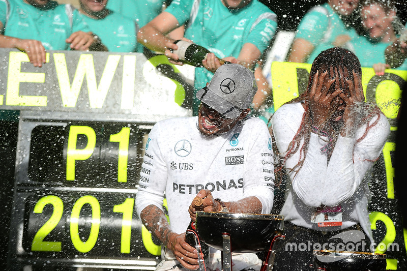 Race winner Lewis Hamilton, Mercedes AMG F1 celebrates with Venus Williams, Tennis Player and the team