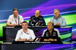 La Conferencia de prensa FIA (de nuevo fila (de izquierda a derecha): Mike o ' Driscoll, Williams grupo CEO; Franz Tost, Scuderia Toro Rosso equipo Principal; Dave Ryan, Manor Racing carreras de Director; Eric Boullier, Director de carreras de McLaren; Rob