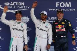 Los tres calificados en parc ferme: Nico Rosberg, Mercedes AMG F1, segundo; Lewis Hamilton, Mercedes AMG F1, pole position; Max Verstappen, Red Bull Racing, tercero