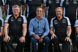 Robert Fernley, Sahara Force India F1 Team director,  Carlos Slim Domit, presidente de América Móvil y Robert Fernley, Sahara Force India F1 Team en una fotografía de equipo