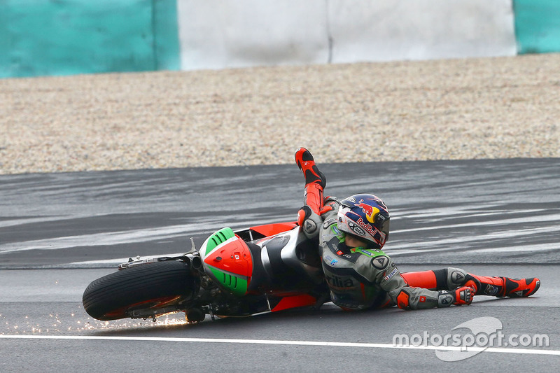 17. Stefan Bradl, Aprilia Gresini Racing Team Crash