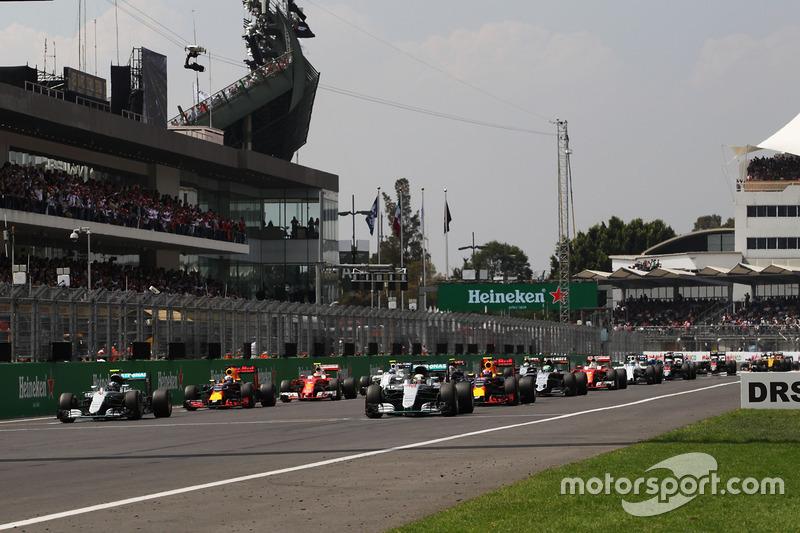 Lewis Hamilton, Mercedes AMG F1 W07 Hybrid, leidt bij de start van de race