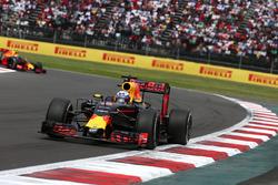 Даниэль Риккардо, Red Bull Racing RB12, и Макс Ферстаппен, Red Bull Racing RB12