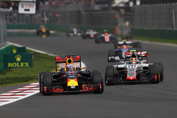 Daniel Ricciardo, Red Bull Racing RB12; Esteban Gutierrez, Haas F1 Team VF-16