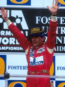 Podio: Ganador de la carrera Ayrton Senna, McLaren celebra