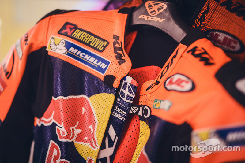 Baju balap Mika Kallio, Red Bull KTM Factory Racing