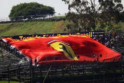 Une grande bannière Ferrari