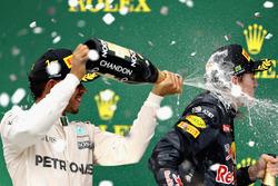 Podium: Ganador, Lewis Hamilton, Mercedes AMG F1, tercero, Max Verstappen, Red Bull Racing