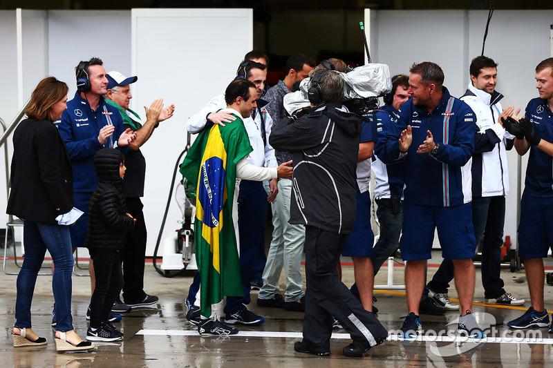 Персонал команды Williams встречает Фелипе Массу аплодисментами