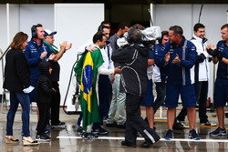 Команда Williams аплодує Феліпе Масса, Williams в боксах після того, як пілот зазнав аварії і зійшов із гонки