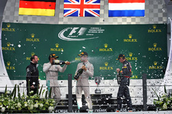 Ganador, Lewis Hamilton, Mercedes AMG F1 celebra con Nico Rosberg, Mercedes AMG F1 y tercero, Max Verstappen, Red Bull Racing
