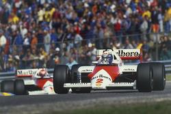 Alain Prost voor Niki Lauda, allebei in een McLaren MP4/2B TAG Porsche