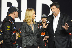 Truck-Champion Johnny Sauter, GMS Racing, Chevrolet; Danielle Trotta, Fox; NASCAR-Präsdient Mike Helton