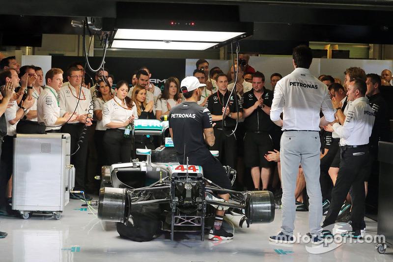 Льюис Хэмилтон, Mercedes AMG F1; совладелец и исполнительный директор Mercedes AMG F1 Тото Вольф; Нико Росберг, Mercedes AMG F1; исполнительный технический директор Mercedes AMG F1 Падди Лоу